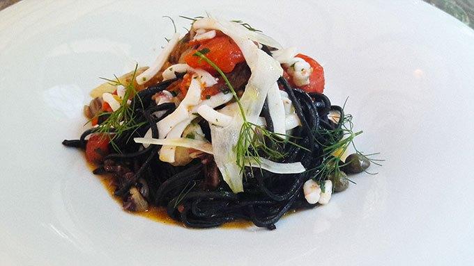 image tagliolini à l'encre de seiche parfumées au yuzu calamar et trévise restaurant lumen paris