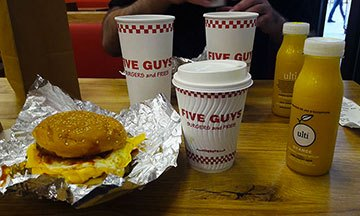 image gros plan five guys petit déjeuner bacon and egg sandwich café latte jus d'orange