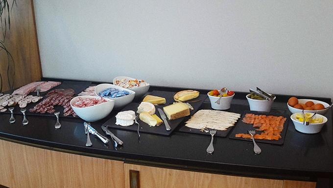 image table fromage oeufs charcuteries saumon fumé le ruban bleu miramar la cigale hôtel thalasso et spa