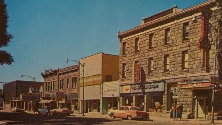 Rue commerçante de la ville de Kemmerer, Wyoming, dans les années cinquante (carte postale).