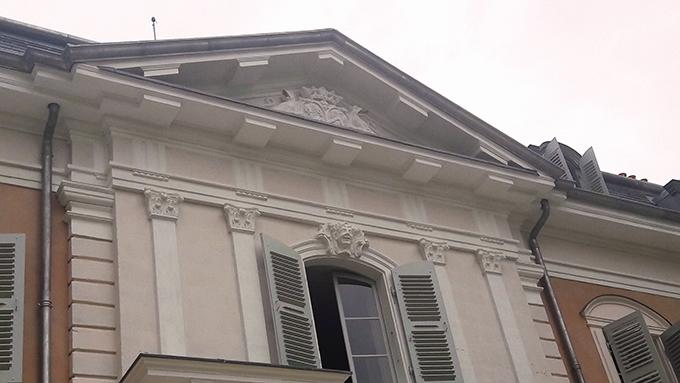 image façade fenêtres rose clair écru château de ferney-voltaire
