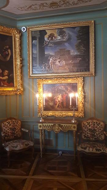 image salon éclairé chandeliers château de ferney-voltaire