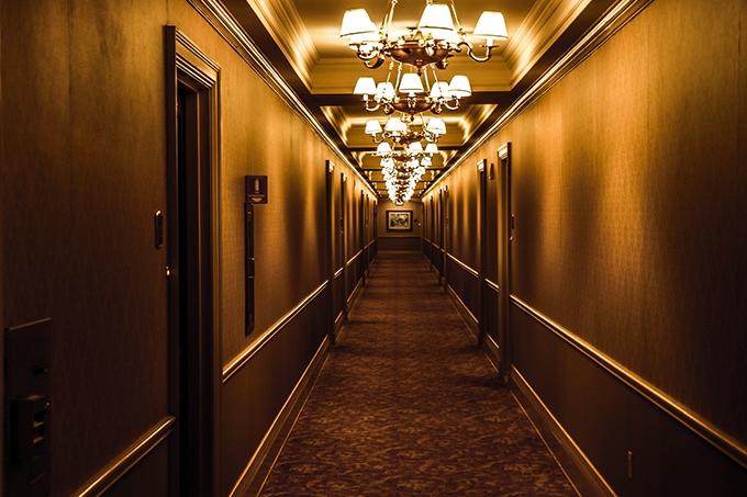 image couloir hôtel marron lustres