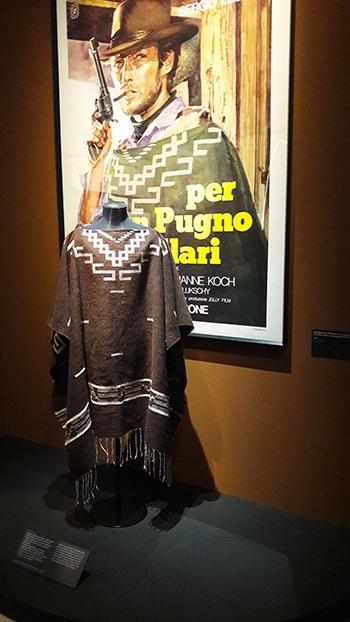 image poncho homme sans nom clint eastwood pour une poignée de dollars expo sergio leone cinémathèque française