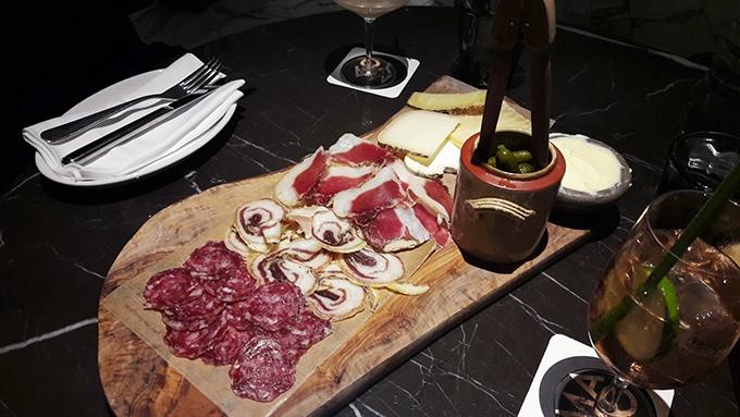 image assiette charcuterie fromages restaurant mayo hyatt regency paris étoile