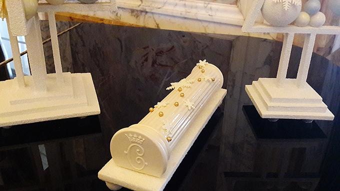 image bûche de noël forme colonne marie-antoinette hôtel de crillon