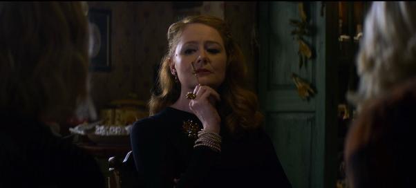 image miranda otto tante zelda avec un porte-cigarette les nouvelles aventures de sabrina netflix