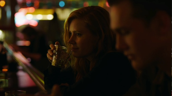 image capture amy adams camille preakers boit un verre au comptoir d'un bar sharp objects