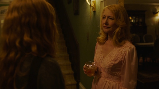 image capture patricia clarkson un verre à la main amy adams sharp objects