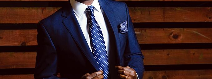 image homme portant costume et cravate bleus