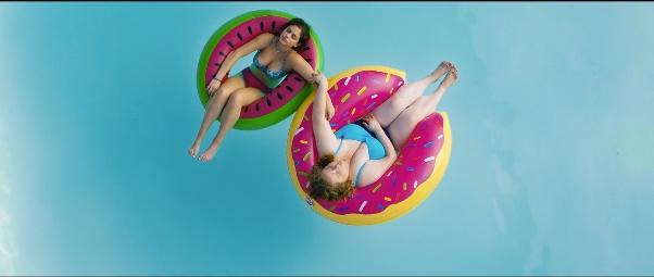 image danielle mcdonald odeya rush à la piscine dans bouées gonflables dumplin' netflix