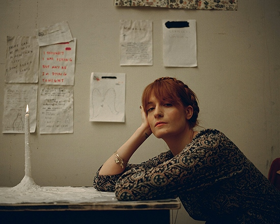 image florence welch avec un chignon à son bureau photo shoot high as hope