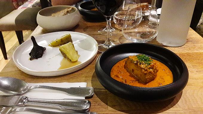 image aubergine à la crème de prune noire et chorizo restaurant korus paris