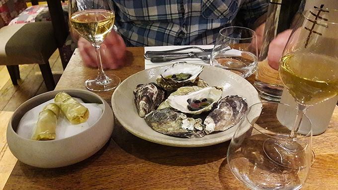image huîtres et rouleaux de printemps restaurant korus paris