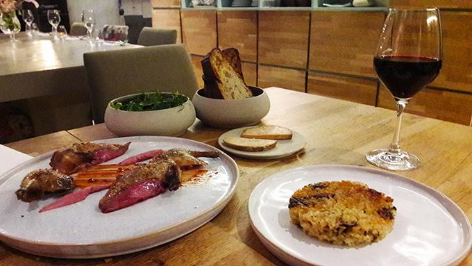 image pigeon avec galette de tofu fermentée foie gras et salade restaurant korus paris
