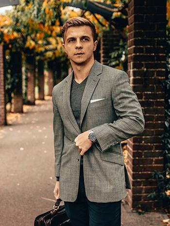 image homme dans parc portant costume gris