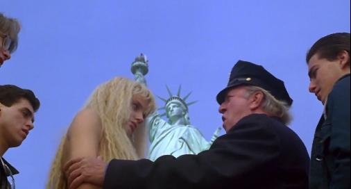 image daryl hannah madison arrêtée nue par la police à la statue de la liberté splash film ron howard
