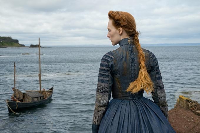 image saoirse ronan de dos face à la mer dans marie stuart reine d'écosse