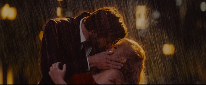image liam hemsworth et rebel wilson baiser sous la pluie dans isn't it romantic sur netflix