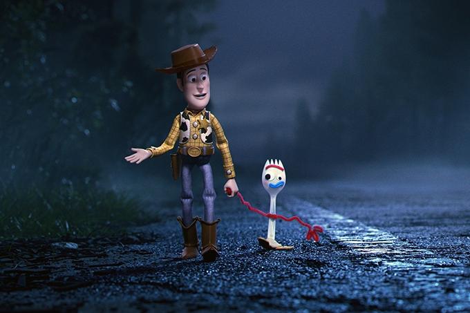 image woody et fourchette marchent au bord de la route dans toy story 4