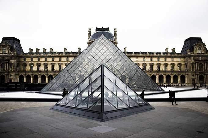 image pyramide du louvre jour