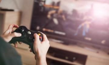 gamer en train de jouer à un jeu vidéo sur la télé