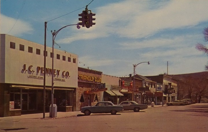 Quartier Triangle à Kemmerer dans les années cinquante, carte postale (source : https://www.antiquesnavigator.com/d-2643440/triangle-kemmerer-wyoming-jc-penney-mother-store-vtg-1950s-chrome-postcard-325.html).
