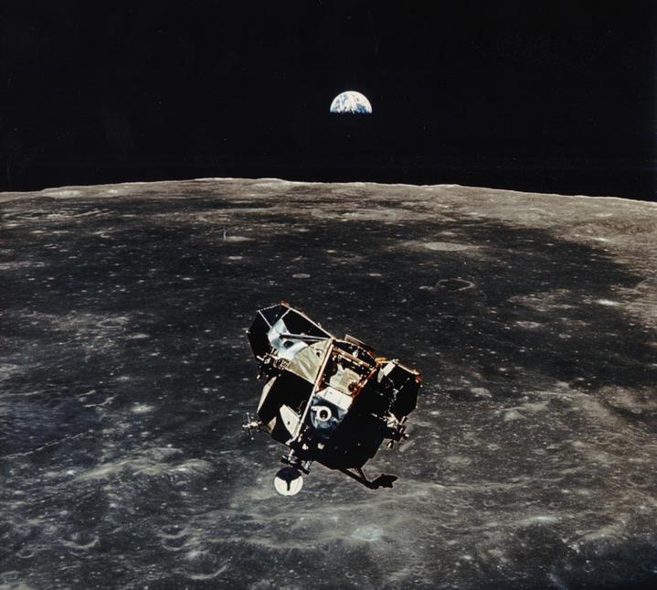 Survol de la Lune par le LM, photographié par Michael Collins lors de la mission Apollo XI (NASA, 1969).