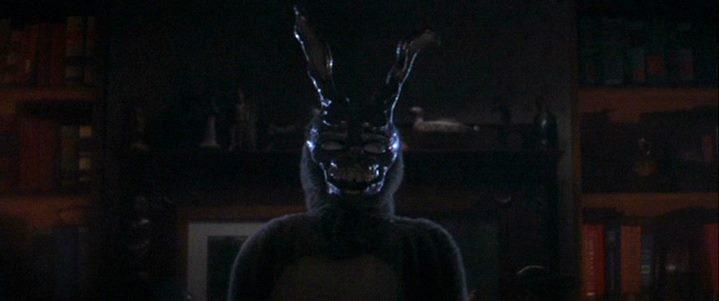 Frank au costume d'Halloween de lapin monstrueux et cadavérique, annonciateur de la fin du monde.