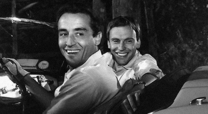 Vittorio Gassman et Jean-Louis Trintignant riant de voir les autres danser (Le Fanfaron).