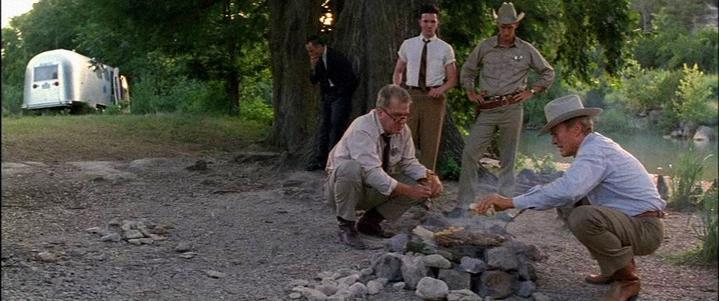 Le policier incarné par Clint Eastwood improvisant un barbecue.
