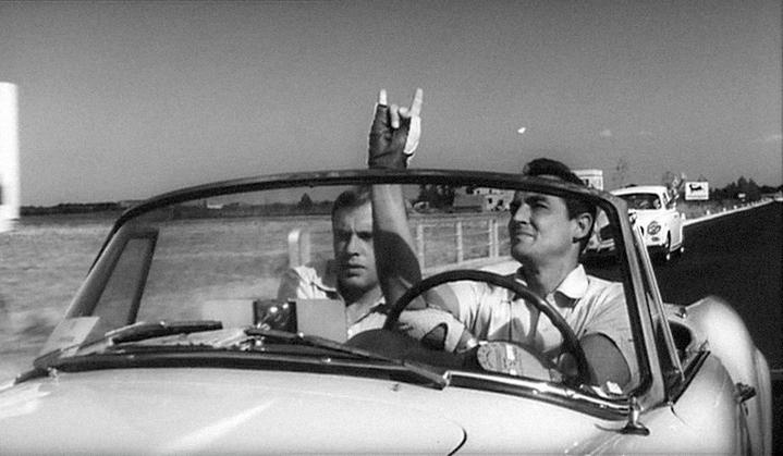 Jean-Louis Trintignant et Vittorio Gassman salua un automobiliste avec des cornes de cocu dans Le Fanfaron (Il Sorpasso) de Dino Risi