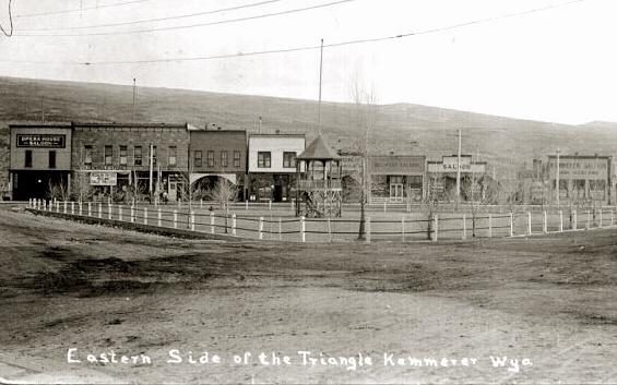 Saloons de la ville de Kemmerer, Wyoming, en 1911 (source : http://www.wyomingtalesandtrails.com/kemmerer2.html).