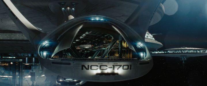 Lens flares et détail du vaisseau Enterprise dans Star Trek de J. J. Abrams (2009).
