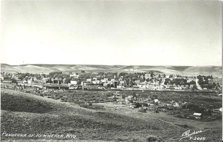 Panorama de la ville de Kemmerer dans les années cinquante (source : https://www.backfromthedeadantiques.com/products/vintage-kodak-real-photo-postcard-rppc-panorama-of-kemmerer-wyoming-1950s).