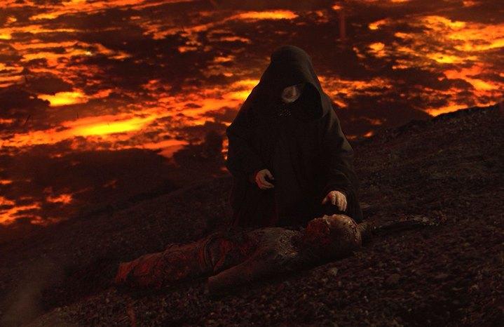L'Empereur retrouve Anakin Skywalker mutilé et brûlé à la fin de Star Wars, Episode III, La Revanche des Sith.
