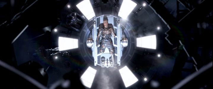 Anakin Skywalker dans le laboratoire où il deviendra Dark Vador à la fin de Star Wars, Episode III, La Revanche des Sith.