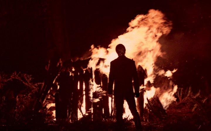 Luke Skywalker face au bûcher où brûle le corps de Dark Vador, à la fin de Star Wars, Episode VI, Le Retour du Jedi.