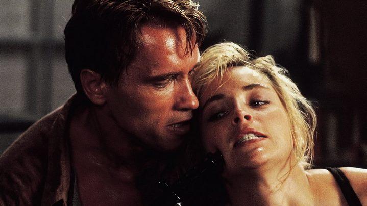 Douglas Quaid (Arnold Schwarzenegger) en pleine dispute conjugale avec son épouse Lori (Sharon Stone).