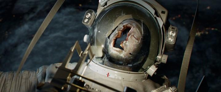Cadavre d'astronaute au crâne transpercé par un débris dans Gravity.