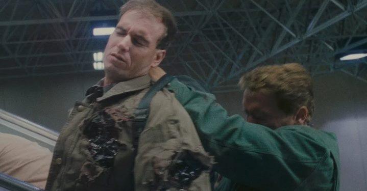 Un bouclier humain pour Douglas Quaid (Arnold Schwarzenegger).