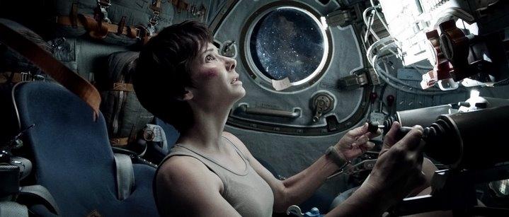 Sandra Bullock tente de retourner sur Terre dans Gravity.