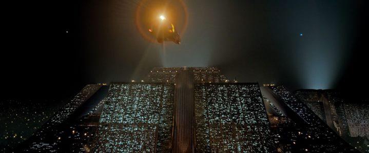 Les deux pyramides de la Tyrell Corporation au début du film Blade Runner de Ridley Scott.