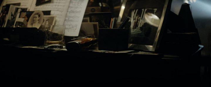 Vrais ou faux souvenirs? L'accumulation de vieille photographies sur le piano de Rick Deckard dans Blade Runner.