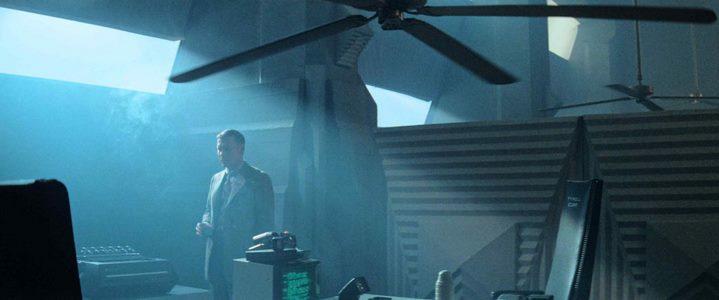 Le blade runner Holden après avoir observé la mégalopole au début de Blade Runner.