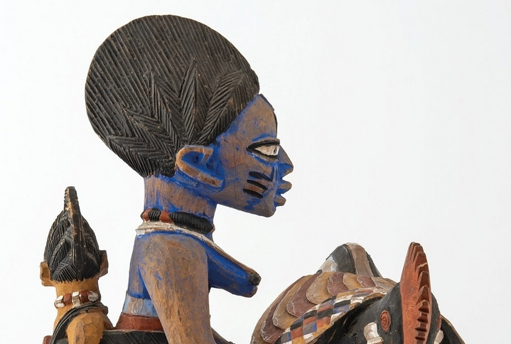 """Statuette africaine colorée au bleu de lessive, exposée dans """"Une Afrique en couleurs"""" du Musée des Confluences de Lyon."""