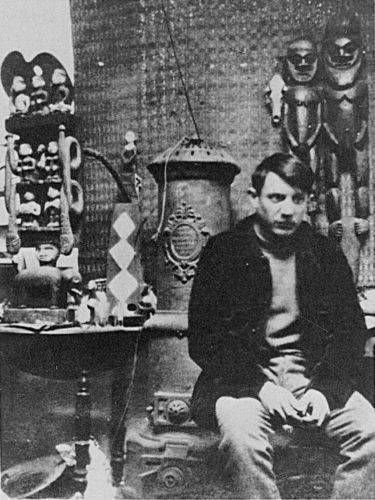 Pablo Picasso dans son studio de Montmartre au milieu de sa collection d'art africain, 1908.