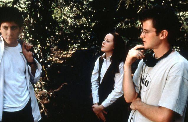 Richard Kelly (à droite) avec Jake Gyllenhaal et Jena Malone, sur le tournage de Donnie Darko. Source.