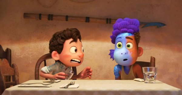 """Luca et Alberto à demi redevenu monstre marin dans le film """"Luca"""" des studios Pixar."""