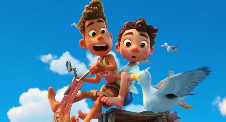 """Alberto et Luca rêvent d'une Vespa volante dans le film """"Luca"""" d'Enrico Casarosa."""